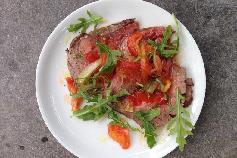 Koken op hout - Staartstuk met tomaten-uien relish
