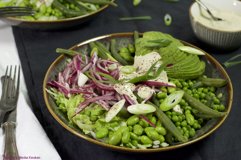 Groene salade met peulvruchten en avocado maken